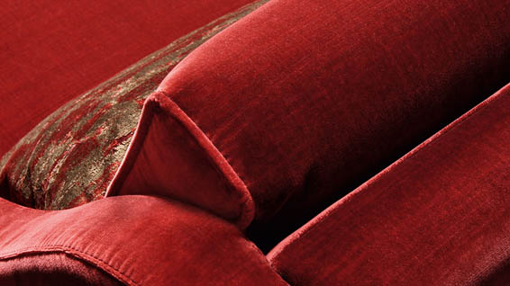 Tessuti vellutati e colori caldi per i divani in stile classico di Smania